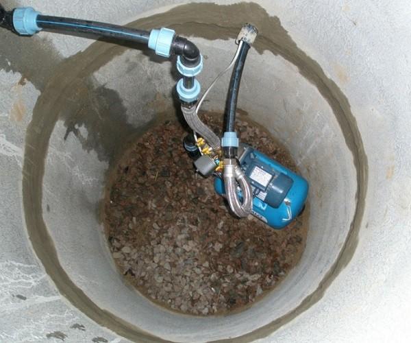 насос в канализационной шахте
