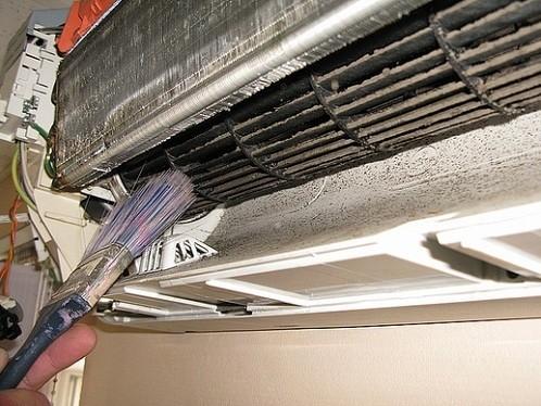 Кисточкой чистим вентилятор и теплообменник кондиционера