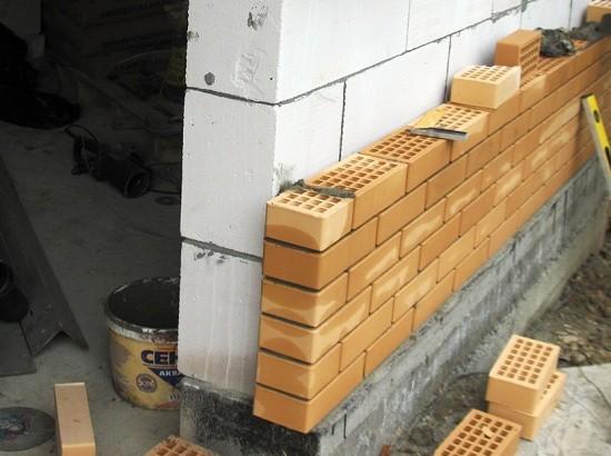 стена в полкирпича изнутри бани из пеноблоков