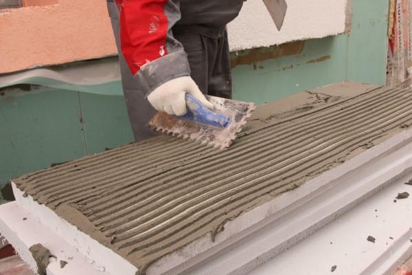 Нанесение клея на плиту утеплителя