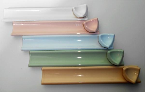Разнообразие керамических бордюров для ванной разного цвета