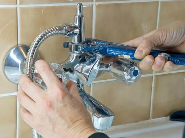 Установку смесителя в ванной своими руками осуществить несложно