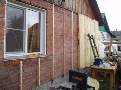 Устройство каркаса и закладка минеральной ваты при утеплении стен дома снаружи