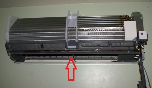Снятая крышка кондиционера