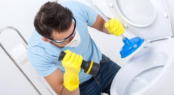 Как прочистить унитаз самостоятельно