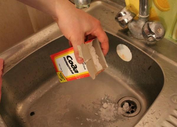 Прочистить сифон можно содой и уксусом