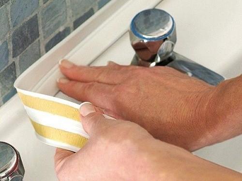 Процесс оклеивания ванны бордюрной лентой